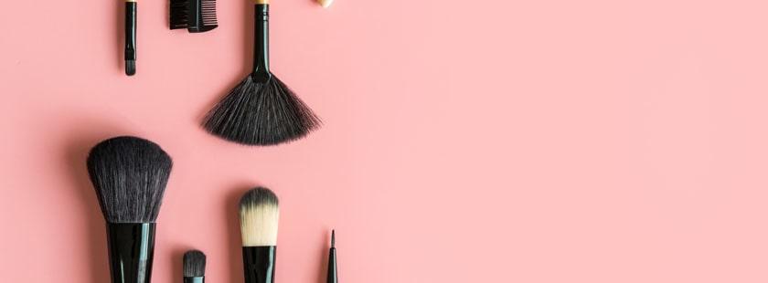 Kozmetikumok és ecsetek